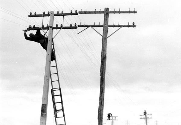 Linesmen, north of Hamilton 1970